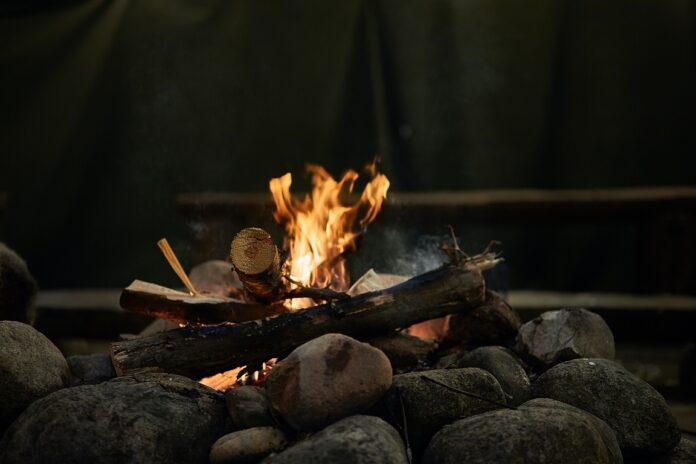Jak przygotować miejsce na ognisko w ogrodzie?